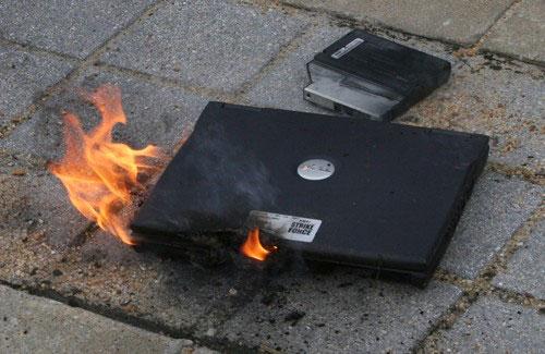 http://img.aftab.cc/news/91/laptop-on-fire.jpg